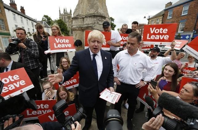 6月22日、TNSの世論調査によると、英国の欧州連合(EU)離脱支持の残留支持に対するリードが2ポイントと、先週の7ポイントから縮小した。ジョンソン元ロンドン市長(左)らによる離脱派のキャンペーン、英セルビーで撮影(2016年 ロイター/Ed Sykes)
