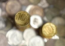 Рублевые монеты 7 июня 2016 года. Рубль растет на фоне вновь дорожающей нефти и приближения пика налоговых выплат в РФ, а также при отсутствии утром сильного локального спроса на валюту, отмечавшегося участниками рынка накануне. REUTERS/Maxim Shemetov/Illustration