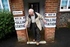 Bureau de vote à Biggin Hill, au sud-ouest de Londres. La livre sterling gagnait plus de 1% face au dollar jeudi matin sur le marché des changes londonien, atteignant son plus haut niveau de l'année, la cote d'une victoire des partisans du maintien du Royaume-Uni dans l'Union européenne au référendum ayant nettement augmenté. /Photo prise le 23 juin 2016/REUTERS/Dylan Martinez