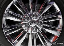 """Логотип KIA на колесе автомобиля на автошоу в Нью-Йорке 1 апреля 2015 года. Впервые за 27 лет """"нелюксовый"""" бренд - Kia Motors, - занял ведущую позицию в рейтинге первоначальной оценки качества(IQS) J.D. Power, сообщила консалтинговая компания.  REUTERS/Mike Segar"""