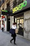 La junta de accionistas de Masmovil aprobó el jueves una ampliación de capital por importe de 230 millones de euros, clave para la financiación de la adquisición de Yoigo, una operación que le permitirá convertirse en el cuarto operador del mercado de las telecomunicaciones español. En la imagen de archivo, una tienda de Yoigo en Madrid. REUTERS/Andrea Comas
