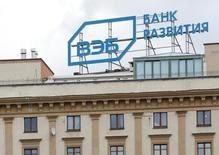 Логотип Внешэкономбанка на крыше здания в Москве. Набсовет находящегося под санкциями и отлученного от внешнего финансирования Внешэкономбанка согласился на реструктуризацию олимпийских кредитов на сумму более 200 миллиардов рублей, продлив их срок до 25 лет и снизив ставки, а также одобрил базу новой стратегии, механизмы реализации которой пока так и остаются неясными, а размер господдержки самого банка в следующем году - неопределенным.   REUTERS/Maxim Zmeyev
