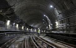 Homem caminha em obra do metrô no Rio de Janeiro.  24/2/2016. REUTERS/Ricardo Moraes