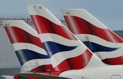 La aerolínea IAG dijo el viernes que ya no espera un crecimiento de su beneficio operativo tan fuerte como en 2015 tras la votación británica a favor de salir de la Unión Europea, aunque a largo plazo no espera un impacto material de la decisión del Reino Unido. En la imagen de archivo, logos de British Airways, perteneciente a IAG, en las colsa de aviones en el aeropuerto de Heathrow.  REUTERS/Toby Melville/File Photo