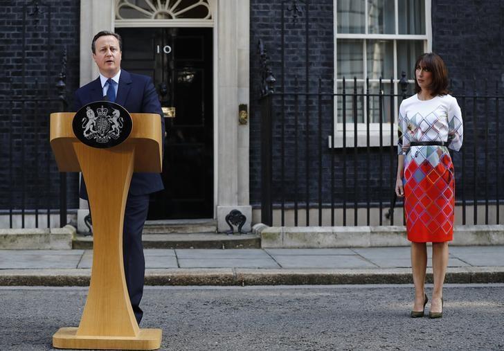 英国首相卡梅伦2016年6月24日与妻子在唐宁街10号首相官邸外发表评论。REUTERS/Stefan Wermuth TPX IMAGES OF THE DAY