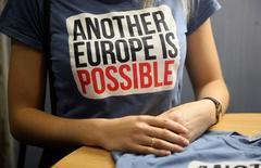"""Сторонник сохранения Велиобритании в ЕС в футболке с надписью """"Другая Европа возможна"""" в Лондоне 28 мая 2016 года. Россия в четверг прокомментировала итоги шокировавшего мир решения британцев покинуть ЕС, пожелав западному блоку благополучия и опровергнув спекуляции о том, что Brexit принес тактический выигрыш Владимиру Путину. REUTERS/Neil Hall"""