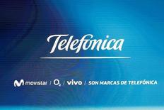 El gigante español de las telecomunicaciones Telefónica dijo el viernes que mantiene sus objetivos de 2016 pese a la decisión de Reino Unido de abandonar la Unión Europea, que podría golpear su negocio en el país y el balance de la entidad. Imagen del logo de Telefonica durante su junta de accionistas en Madrid el 12 de mayo de 2016. REUTERS/Sergio Perez