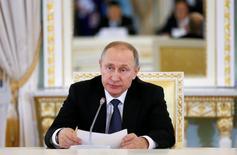 Владимир Путин на встрече с членами РФПИ и иностранными инвесторами в Санкт-Петербурге. Выход Британии из Европейского союза будет иметь последствия для России, и в случае необходимости российские власти готовы корректировать экономическую политику, сказал в пятницу президент РФ Владимир Путин.  REUTERS/Grigory Dukor