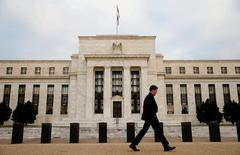 Un hombre camina frente a la sede de la Reserva Federal en Washington. 16 de diciembre de 2016. La presidenta de la Fed de Kansas City, Esther George, dijo que un débil reporte de empleos en Estados Unidos y la incertidumbre sobre el referendo de Reino Unido la convencieron de no apoyar un alza en las tasas de interés en junio, informó un reporte. REUTERS/Kevin Lamarque