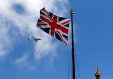 La agencia Moody's dijo que la solvencia crediticia de Reino Unido está ante un gran riesgo tras la votación para abandonar la Unión Europea, ya que el país afronta desafíos sustanciales para negociar con éxito su salida del bloque. En la imagen, un avión pasa junto a una bandera británica junto al Parlamento británico, el 24 de junio de 2016. REUTERS/Phil Noble