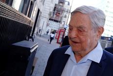 """Le financier George Soros a appelé samedi à une reconstruction complète de l'Union européenne, afin de la sauver, même s'il a averti que la décision des Britanniques de s'en retirer signifiait que """"la désintégration de l'UE est pratiquement irréversible"""". /Photo prise le 20 juin 2016/REUTERS/Luke MacGregor"""