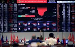 Traders au Philippine Stock Exchange à Manille. La livre sterling et l'euro ont poursuivi leur recul lundi sur les marchés financiers en Asie et en Europe, dont les Bourses ont comme prévu ouvert en baisse mais avec des pertes relativement limitées, tandis que les places asiatiques ont bien résisté à la lame de fond du référendum britannique. Après avoir plongé de plus de 10% face au dollar vendredi et atteint son plus bas depuis 1985, la devise britannique cédait encore lundi, vers 8h00 GMT, 2,15% à 1,3405 dollar. /Photo prise le 27 juin 2016/REUTERS/Romeo Ranoco
