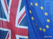 Флаги ЕС и Великобритании в Лондоне 24 июня 2016 года. Великобритания сохранит доступ к единому рынку Европейского союза, несмотря на решение покинуть блок, заявил в своей колонке для газеты Daily Telegraph лидер кампании за выход страны из ЕС и наиболее вероятный кандидат на пост следующего премьер-министра Борис Джонсон. REUTERS/Toby Melville