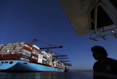 Un barco con contenedores en el puerto de Lázaro Cárdenas, México. 21 de noviembre de 2013. Las exportaciones de México tropezaron en mayo después de un leve respiro el mes precedente, en tanto que el déficit comercial total se estrechó el mes pasado, de acuerdo con cifras oficiales publicadas el lunes.  REUTERS/Edgard Garrido