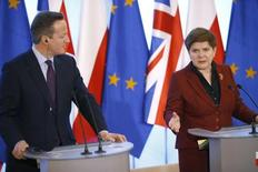 Премьер-министр Польши Беата Шидло и британский премьер Дэвид Кэмерон на встрече в Варшаве 5 февраля 2016 года. Кэмерон сказал в понедельник, что поговорил со своей польской коллегой и выразил свою обеспокоенность в связи с сообщениями об атаках на польских мигрантов в Британии после решения о выходе из Европейского союза на прошлой неделе. REUTERS/Kacper Pempel