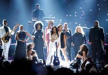 Cantora Sheila E. segura uma guitarra com o estilo de Prince após ter participado de performance para homenagear o cantor, no BET Awards, em Los Angeles 26/06/2016  REUTERS/Danny Moloshok