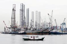 Буровые платформы рядом с портом Сингапура. Цены на нефть выросли на торгах в Азии во вторник, поскольку возможная забастовка в Норвегии может привести к сокращению добычи крупнейшего производителя нефти в Западной Европе, в то время как решение Великобритании покинуть Евросоюз всё ещё оказывает давление на рынки. REUTERS/Tim Wimborne/File Photo