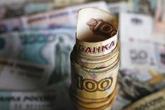 Рублевые банкноты.  Рубль дорожает в начале биржевой сессии вторника, реагируя на динамику нефти и валют аналогов, на его стороне также могут выступать оставшиеся объемы экспортной выручки под уплату сегодня налога на прибыль. REUTERS/Kacper Pempel
