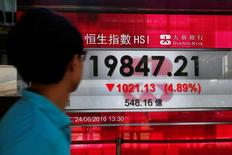 Табло, демонстрирующее динамику индекса Hang Seng. Фондовый рынок Китая вырос до трехнедельного максимума к закрытию торгов вторника во главе с акциями компаний малой капитализации, после того как руководство страны попыталось успокоить инвесторов, напуганных решением Великобритании выйти из состава Евросоюза по итогам референдума. REUTERS/Bobby Yip