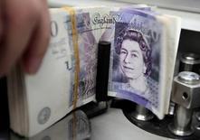 Un empleado contando libras esterlinas en una sucursal del banco Kasikornbank en Bangkok, oct 12, 2010. El dólar caía contra la libra y el euro el martes, en una pausa del mercado y en medio de tomas de ganancias tras dos días de una liquidación brutal en la libra y el euro, provocada por la decisión de los británicos de dejar la Unión Europea.   REUTERS/Sukree Sukplang/File Photo