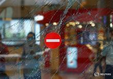 """Разбитое стелко в аэропорту имени ататюрка в Стамбуле 29 июня 2016 года. Три смертника открыли стрельбу, а затем взорвали себя в главном международном аэропорту Стамбула во вторник, убив 36 человек и ранив около 150. Премьер-министр страны назвал это атакой боевиков """"Исламского государства"""". REUTERS/Osman Orsal"""