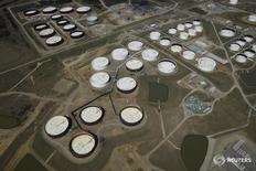 Нефтехранилища в Кушинге, Оклахома 24 марта 2016 года. Запасы нефти в США резко снизились на прошлой неделе, показали данные Американского института нефти (API) во вторник. REUTERS/Nick Oxford