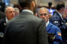 Трейдеры на торгах Нью-Йоркской фондовой биржи 28 июня 2016 года. Акции США выросли во вторник, восстановив часть недавних потерь, поскольку инвесторы начали вкладывать деньги в подешевевшие активы после двухдневного падения, спровоцированного решением Великобритании выйти из Европейского союза. REUTERS/Brendan McDermid