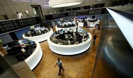 Les principales Bourses européennes ont ouvert en hausse mercredi, poursuivant leur rebond avec la dissipation progressive des effets du vote britannique en faveur de la sortie du Royaume-Uni de l'Union européenne et la remontée des prix du pétrole. À Paris, l'indice CAC 40 gagnait 1,15% à 09h20. À Francfort, le Dax s'adjugeait 0,98% et à Londres, le FTSE avançait de 1,61%. /Photo prise le 24 juin 2016/REUTERS/Ralph Orlowski