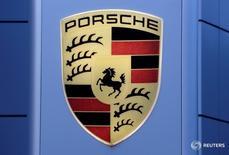 Логотип Porsche в центре компании под Берном 10 мая 2016 года. Porsche надеется увеличить продажи хэтчбека Panamera нового поколения как минимум на треть в следующем году, сказал глава компании, рассчитывая на улучшенные цифровые функции и более эффективные двигатели, которые должны поддержать спрос на модель стоимостью 113.000 евро ($125.000). REUTERS/Ruben Sprich