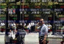 Un hombre se refleja en una pantalla que muestra índices de mercado, afuera de una correduría en Tokio, Japón. 27 de junio de 2016. Las bolsas de Asia rebotaban el miércoles en medio de un repunte global luego de que el lastre inmediato por la decisión de Reino Unido de abandonar la Unión Europea comenzó a disminuir y en momentos en que los inversores esperan que los bancos centrales ofrezcan más medidas de estímulo. REUTERS/Toru Hanai