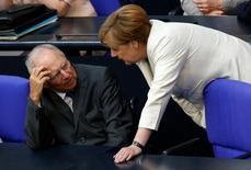 El ministro de Finanzas alemán, Wolfgang Schäuble, advirtió el miércoles de que existe el peligro de que la decisión de los británicos de abandonar la Unión Europea pueda generar un efecto dominó en el bloque. En la imagen, Schäuble, con la canciller Angela Merkel.  REUTERS/Fabrizio Bensch