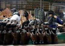 Unas trabajadoras en la planta de calzado industrial Boris en Quilmes, Argentina, mayo 19, 2016. La actividad industrial de Argentina habría descendido un 4,4 por ciento promedio en mayo, afectada principalmente por la caída en sectores como el automotor y de alimentos, según un sondeo de Reuters.  REUTERS/Enrique Marcarian