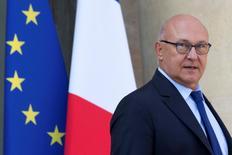 L'objectif d'un déficit public français à 2,7% du PIB en 2017 est intangible, a déclaré jeudi le ministre français des Finances, Michel Sapin. /Photo d'archives/REUTERS/Philippe Wojazer