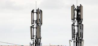 En voie de guérison, le marché français des télécoms doit désormais donner la priorité aux investissements et permettre à la France de combler son retard par rapport à ses principaux voisins européens, estime le président de l'Arcep qui en fait une priorité. Concernant le maillage du territoire en antennes mobiles, actuellement autour de 65.000, le régulateur aspire à l'installation de 10.000 sites supplémentaires et à la conversion de 25.000 antennes en 4G. /Photo d'archives/REUTERS/Fabrizio Bensch