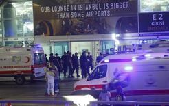 Скорые в аэропорту Стамбула, ставшего объектом атаки смертников 28 июня 2016 года. Турция в четверг назвала гражданами России, Узбекистана и Киргизии смертников, убивших 43 человека в аэропорту Стамбула на этой неделе. REUTERS/Osman Orsal