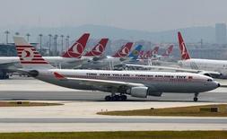 Лайнер Turkish Airlines в стамбульском аэропорту 29 июня 2016 года. Президент России распорядился снять ограничения на туристические чартеры в Турцию на фоне потепления отношений, хотя МИД по-прежнему видит угрозы безопасности в стране, пострадавшей от очередной атаки смертников. REUTERS/Murad Sezer