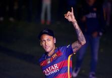 Neymar acena durante comemoração do Barcelona no Camp Nou. 23/5/2016. REUTERS/Albert Gea