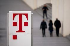 Deutsche Telekom se prépare à vendre son réseau d'antennes mobiles en Allemagne pour un montant qui pourrait atteindre cinq milliards d'euros, dans le but de financer la modernisation de son réseau à haut débit européen, selon des sources proches du dossier.  /Photo prise le 25 février 2016/REUTERS/Wolfgang Rattay
