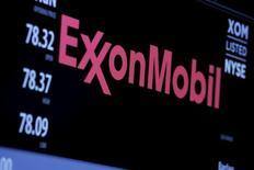"""Логотип Exxon Mobil Corporation на мониторе Нью-Йоркской фондовой биржи. Американский нефтяной гигант Exxon Mobil и британская BP не могут прийти к соглашению о масштабной сделке об эксплуатации месторождений в Азербайджане, блокируя продление так называемого """"контракта века"""", сообщили Рейтер три высокопоставленных источника в отрасли.  REUTERS/Lucas Jackson/File Photo"""