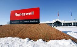 Un cartel de Honeywell afuera de su planta en Golden Valley, Minnesota. 28 de enero de 2010. El grupo industrial estadounidense Honeywell International Inc acordó la compra de la empresa de sistemas de distribución y logística Intelligrated Inc por 1.500 millones de dólares a una firma respaldada por el fondo de capital de riesgo británico Permira. REUTERS/ Eric Miller