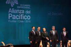 """El presidente de México, Enrique Peña Nieto, junto al presidente de Perú, Ollanta Humala, la presidenta de Chile, Michelle Bachelet, y el presidente de Colombia, Juan Manuel Santos, posan para los medios durante la cumbre de naciones de la Alianza del Pacífico, en Frutillar, Chile. 30 de junio de 2016. Los presidentes de los países de la Alianza del Pacífico iniciaron el viernes en el sur de Chile su reunión anual, con la misión de avanzar hacia un mayor crecimiento, sin repetir los errores dejados por el """"Brexit"""" y con el reto de lograr una mayor integración financiera. REUTERS/Cristobal Saavedra"""