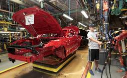 Un trabajador en la planta de ensamblaje de Ford en Flat Rock, Michigan. 20 de agosto de 2015. La actividad fabril en Estados Unidos se expandió a un ritmo saludable en junio por aumentos en los nuevos pedidos, la producción y las exportaciones, mostraron el viernes nuevos datos de la industria, en otra señal de que las manufacturas del país recuperan fuerza tras una debilidad a comienzos de año. REUTERS/Rebecca Cook/File Photo