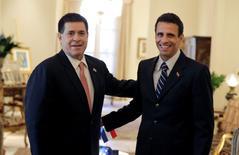 """El presidente de Paraguay, Horacio Cartes, posa junto al líder opositor venezolano Henrique Capriles, en la residencia presidencial, en Asunción. 13 de junio de 2016. El presidente de Paraguay, Horacio Cartes, condenó el viernes los """"abusos"""" a los derechos humanos en Venezuela y dijo que el mundo no puede guardar silencio, en un reforzamiento indirecto a las críticas hechas por su Gobierno a la gestión del líder socialista Nicolás Maduro. REUTERS/Jorge Adorno"""