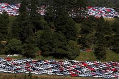 Veículos novos são vistos em pátio de montadora em São Bernardo do Campo, Brasil, no dia 6 de julho de 2015. REUTERS/Paulo Whitaker