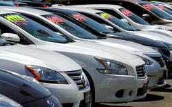 Vehículos a la venta en una concesionaria en Carlsbad, EEUU, mayo 2, 2016. El ritmo de venta de automóviles en Estados Unidos se desaceleró  en junio en comparación al año previo, porque la caída en las ventas de sedanes contrarrestó la fuerte demanda de camionetas y vehículos utilitarios deportivos.   REUTERS/Mike Blake/File Photo