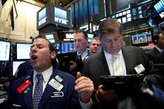 Los mercados bursátiles globales subieron el viernes por cuarto día y la rentabilidad de los bonos en todo el mundo tocó su menor nivel en varios años, debido a las expectativas de nuevos recortes a los tipos de interés y compras de deuda por parte de los bancos centrales para apoyar a sus débiles economías. Imagen del trader Michael Pistillo (a la izquierda) gritando en la bolsa de Nueva York (NYSE) en Nueva York el 30 de junio de 2016.  REUTERS/Brendan McDermid