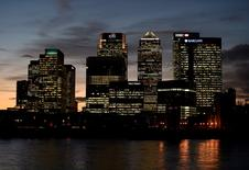 La decisión del Reino Unido de salir de la Unión Europea ha dañado el sector inmobiliario en la última semana, provocando la congelación de los préstamos a los compradores por parte de un banco extranjero y el abandono de acuerdos comerciales. En la imagen de archivo, edificios del distrito financiero londinense de Canary Wharf. REUTERS/Toby Melville/File Photo