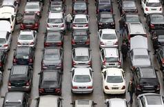 Les ventes de voitures neuves en Allemagne ont augmenté de 8% en juin et les constructeurs du pays voient le marché continuer à croître de manière soutenue au second semestre de l'année, selon la fédération sectorielle VDA. Les immatriculations de véhicules neufs ont atteint 339.600 le mois dernier. /Photo d'archives/REUTERS/Michaela Rehle