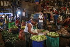 Les prix agricoles mondiaux devraient être stables au cours de la décennie à venir en raison essentiellement de gains de productivité qui devraient permettre de répondre à la hausse de la demande alimentaire elle-même en décélération, écrivent la FAO et l'OCDE dans un rapport publié lundi. /Photo prise le 14 mars 2016/REUTERS/Danish Siddiqui