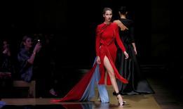 Modelo durante desfile da estilista Donatella Versace em Paris.     03/07/2016       REUTERS/Gonzalo Fuentes